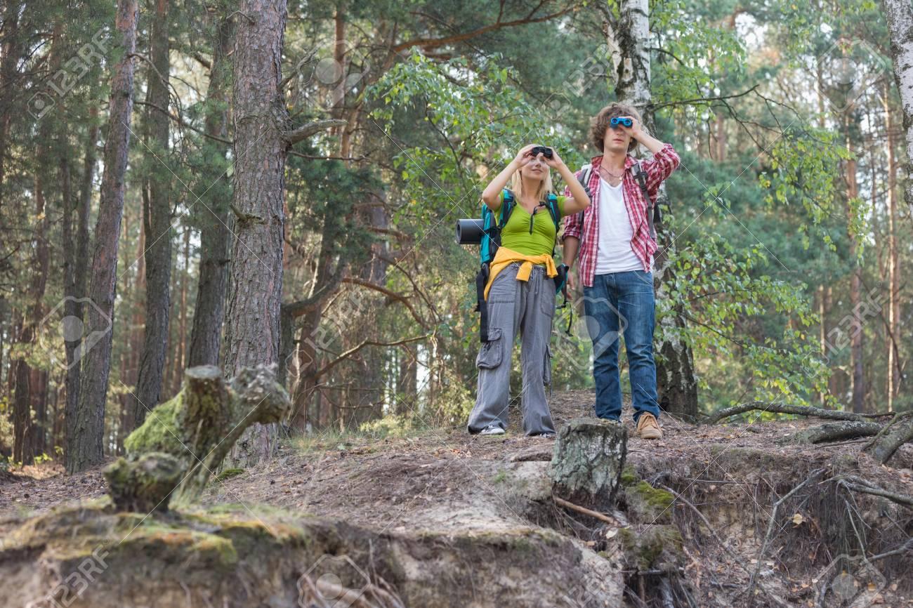 Wandern paar mit fernglas im wald lizenzfreie fotos bilder und