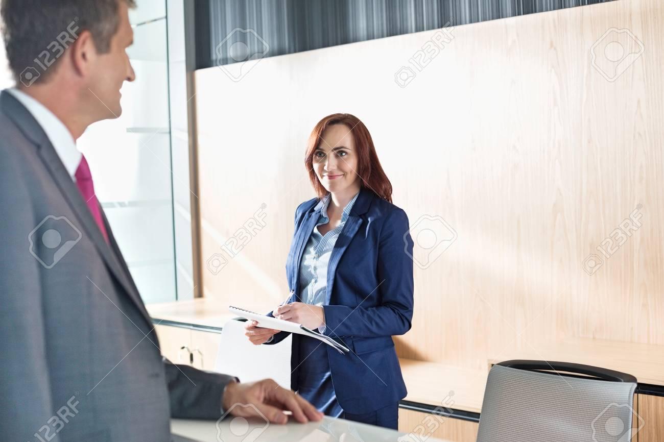 Homme d affaires parlant avec réceptionniste au bureau banque d