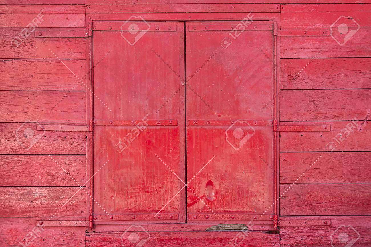 Ventana De Un Granero Rojo Clásico Pintado De Madera. Fotos ...