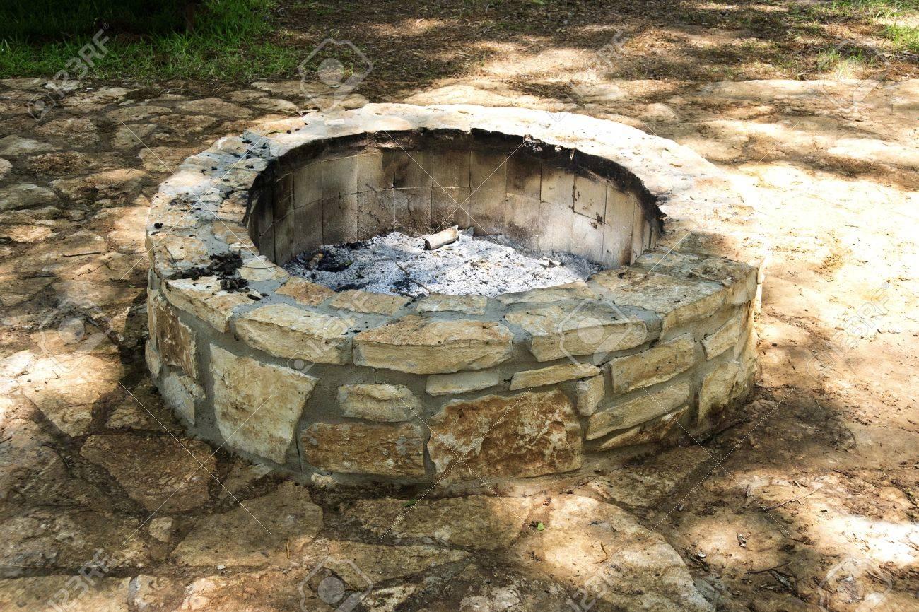 Ein Leerer Stein Feuerstelle Mit Nur Asche übrig Standard Bild   13111972