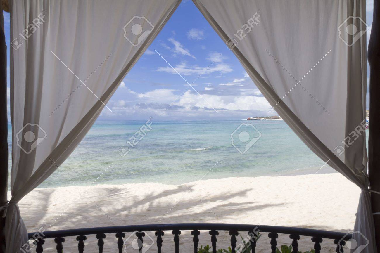 Una Vista Enmarcada De La Playa Y El Océano Tropical Fotos, Retratos ...
