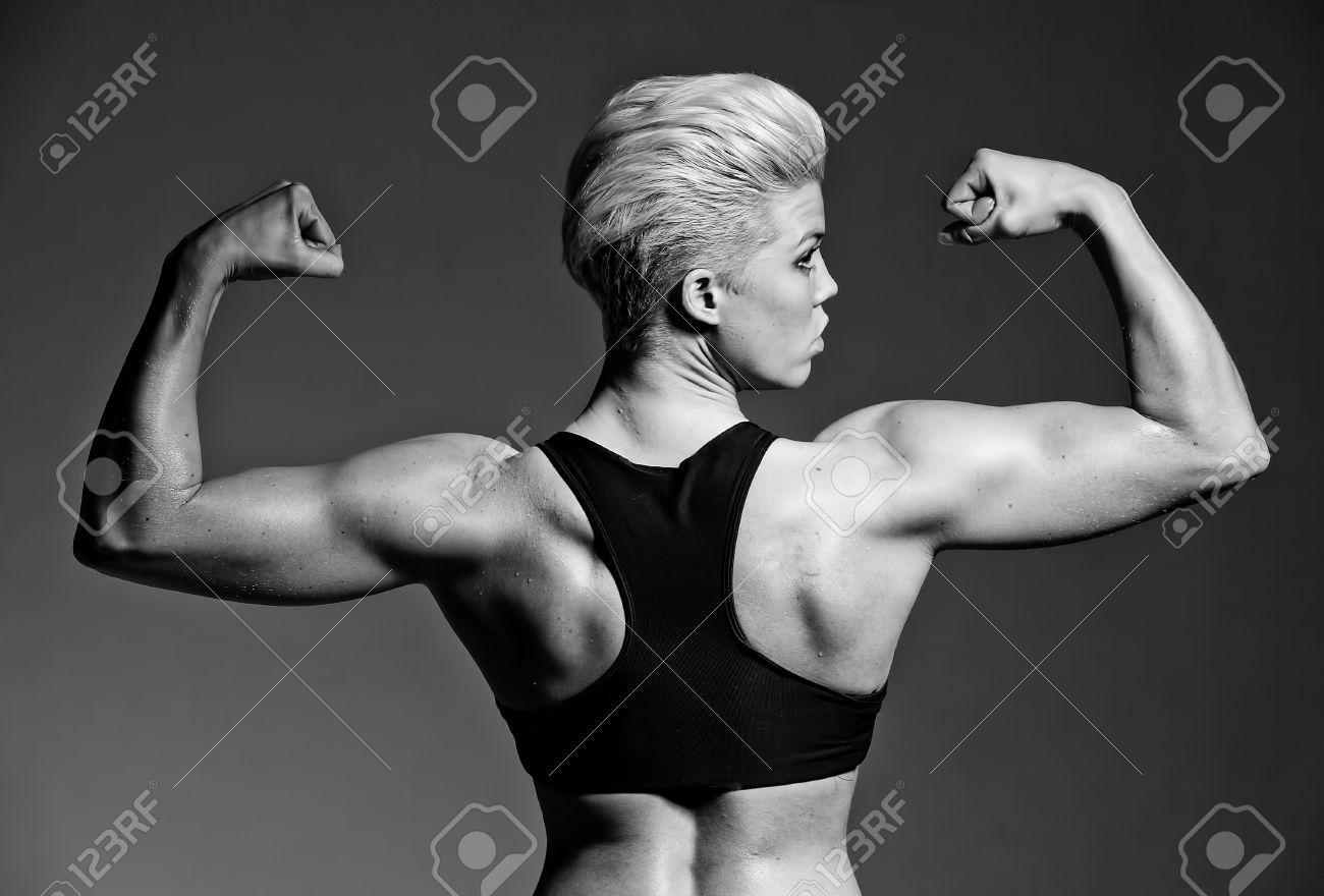 banque dimages une fille fitness jeune muscl prenant la pose