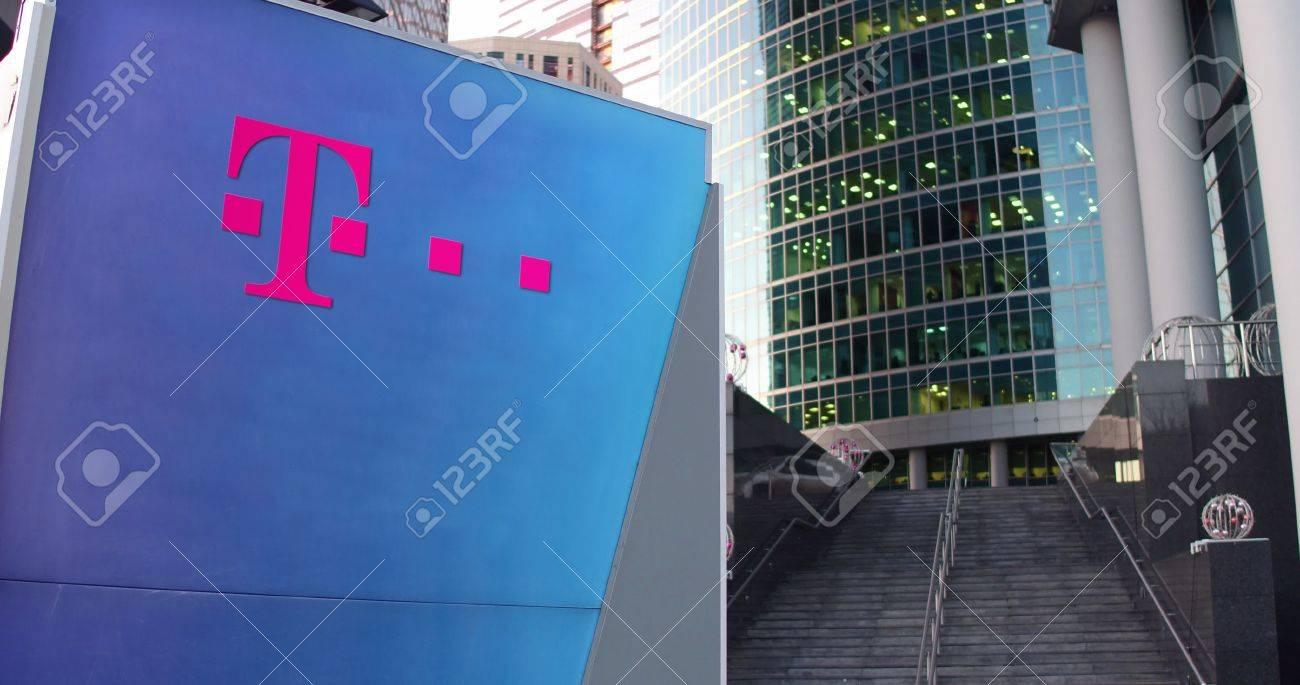 Straße Signage Board Mit T Mobile Logo Moderne Büro Center