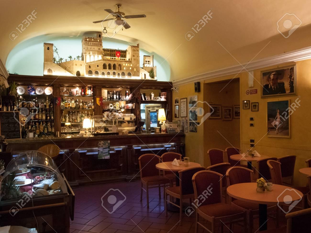 Italia gubbio aprile antica tradizionale bar arredato