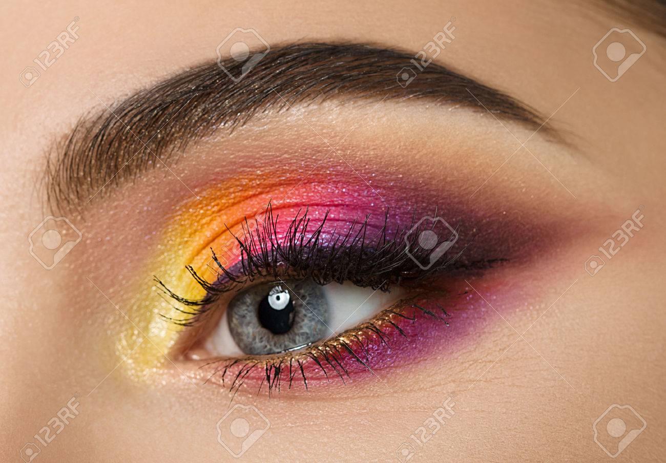 Banque d\u0027images , Colse,up de la femme avec des yeux beau maquillage coloré