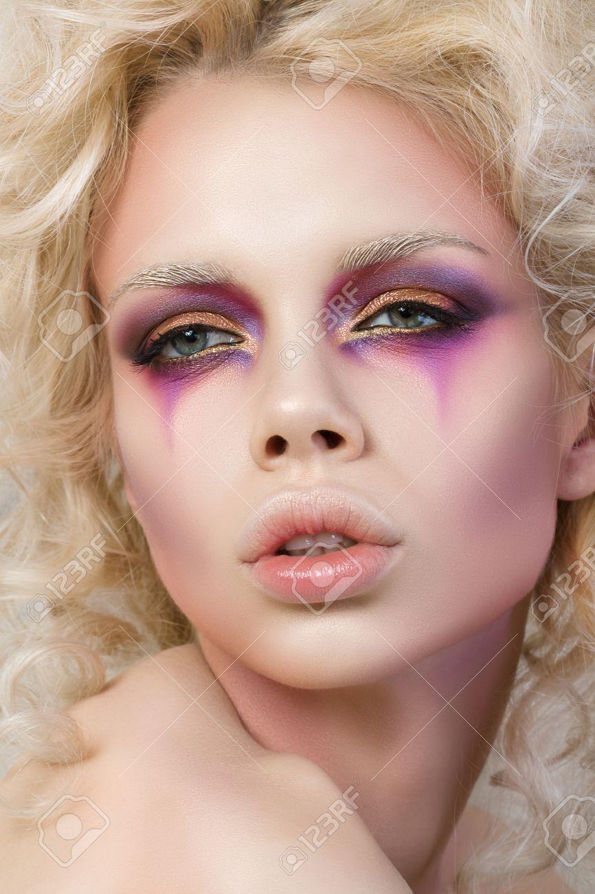 Banque d\u0027images , Portrait de jeune femme sensuelle avec des cheveux blonds  bouclés et clown de la mode maquillage