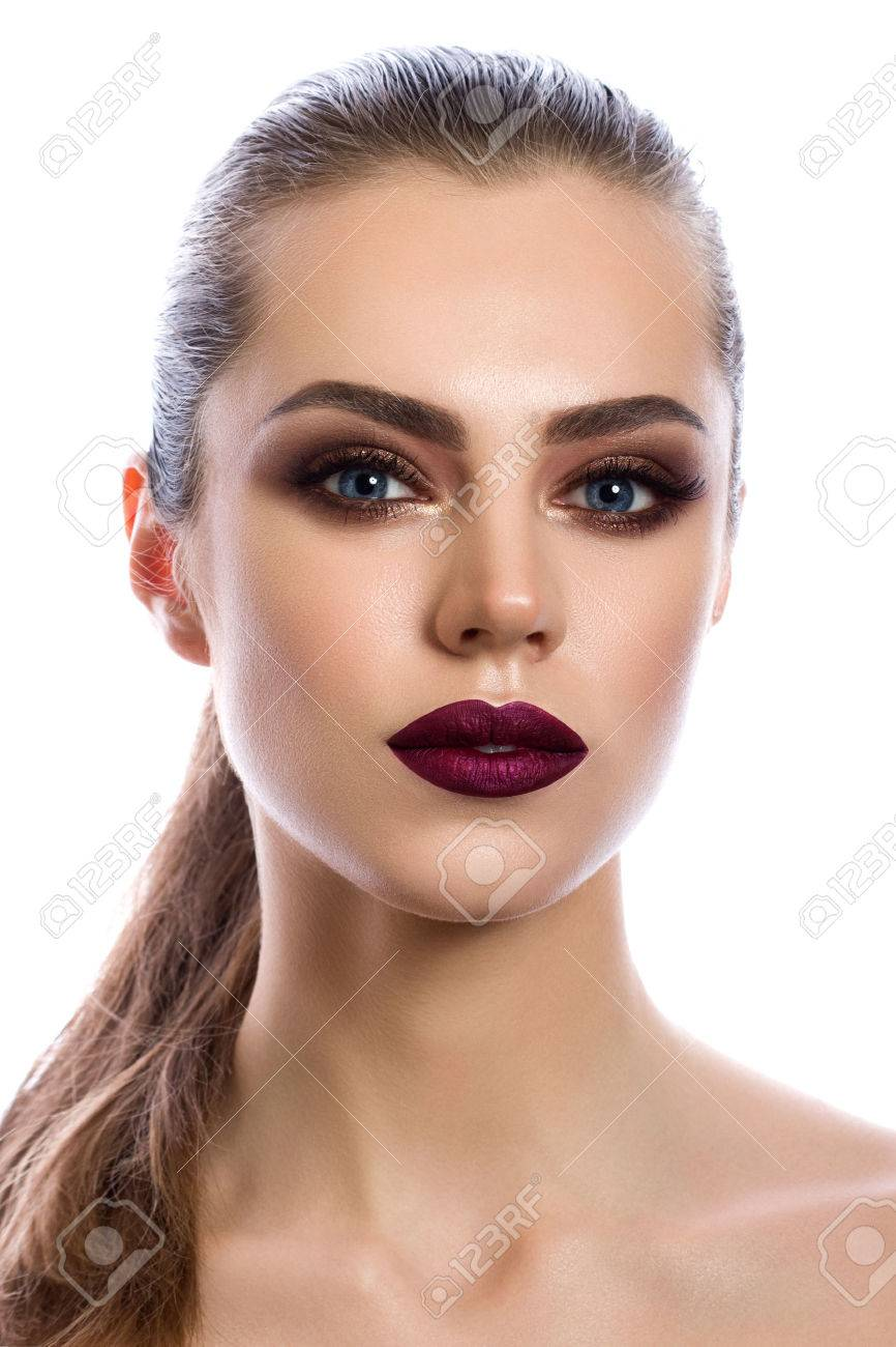 maquillaje ojos ahumados y labios rojos