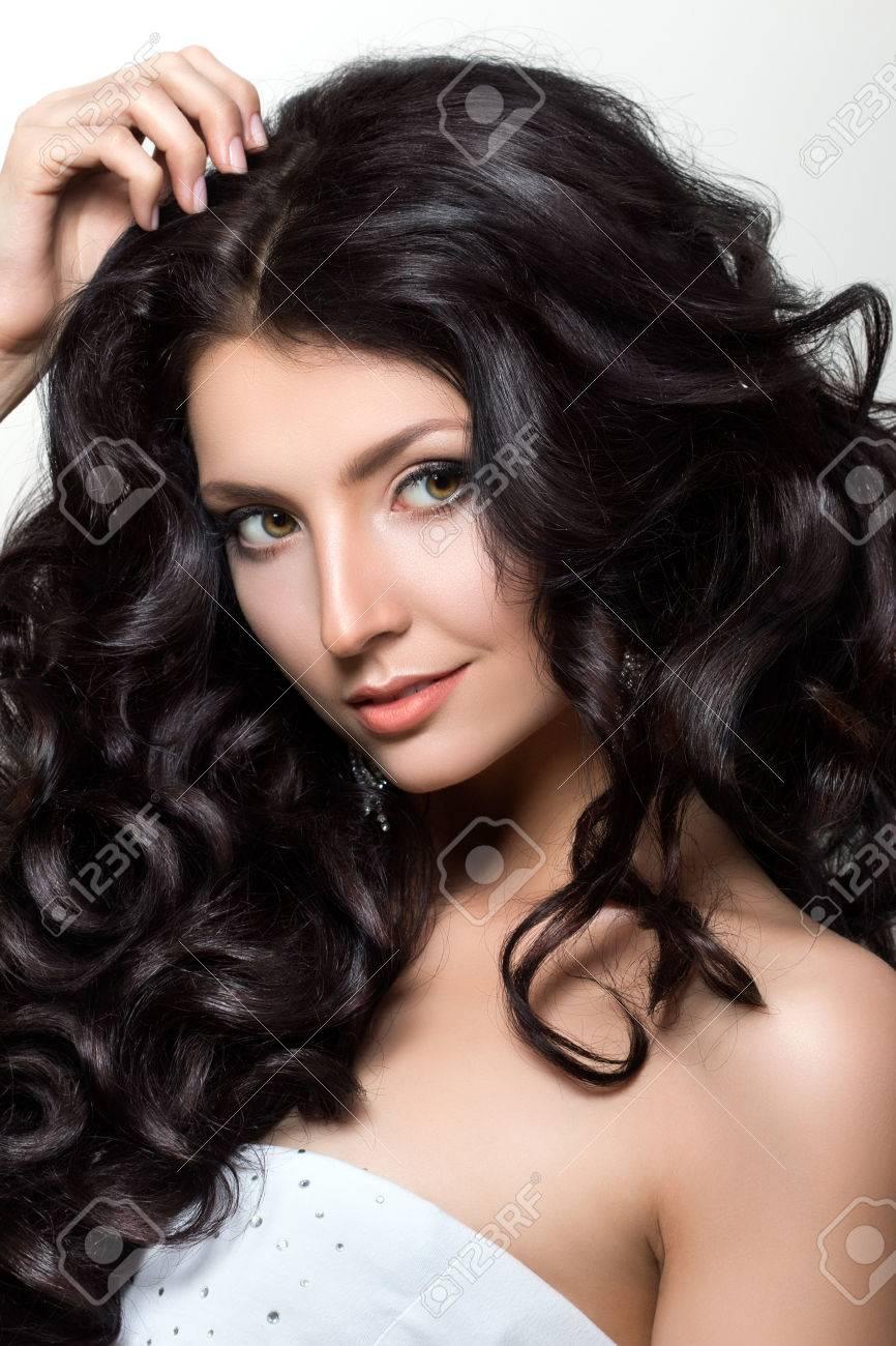 Portrait Der Jungen Schonen Frau Mit Uppigen Schwarzen Haaren
