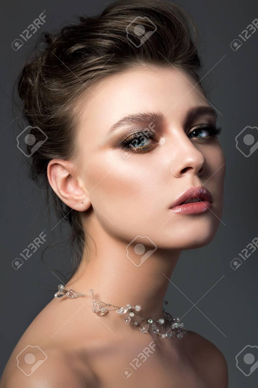 Portrait Der Jungen Schönen Frau Mit Braut Make-up Und Frisur ...