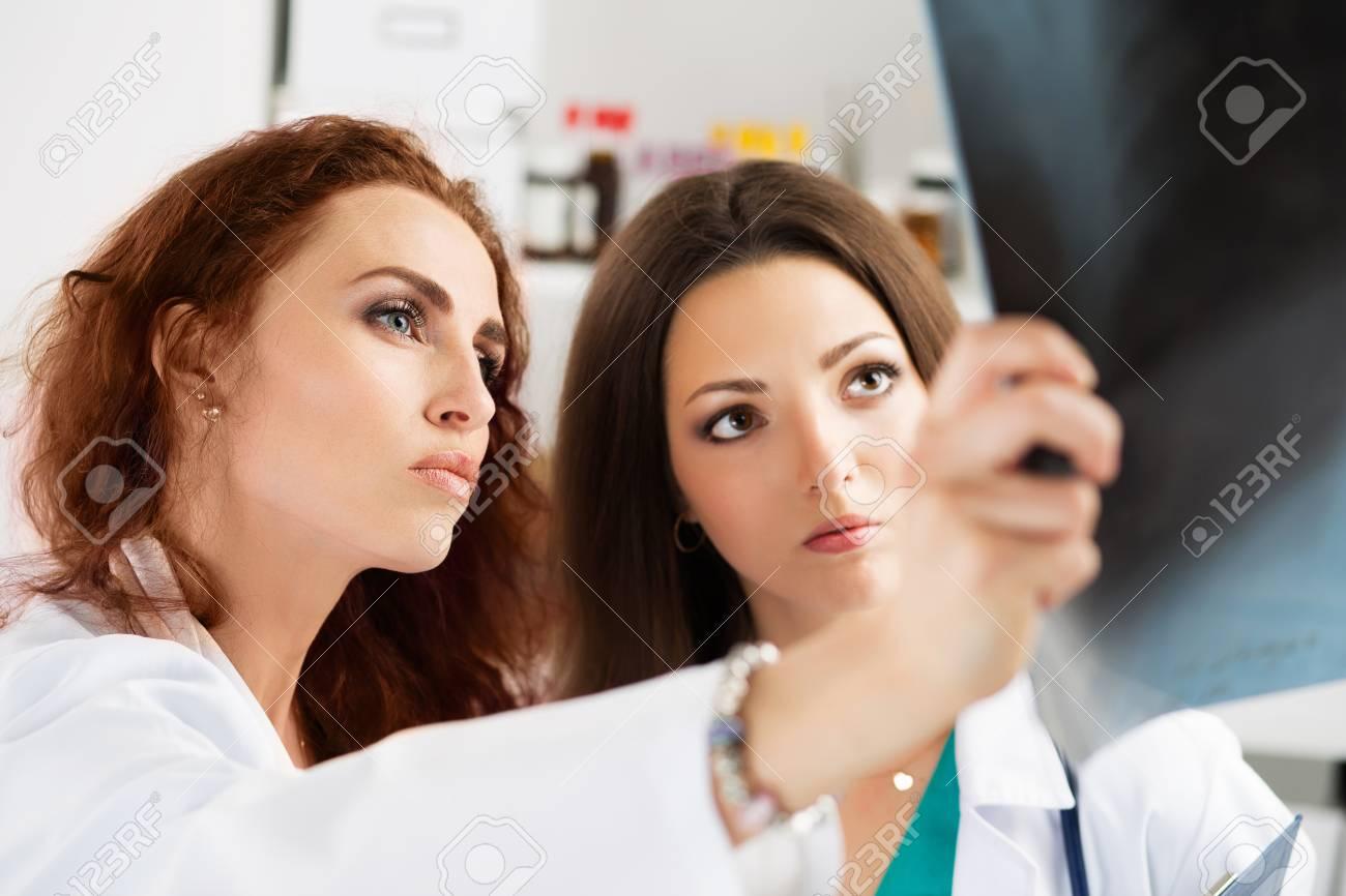 Zwei Weibliche Ärzte Medizin Bei Patienten Lungen Röntgenbild ...
