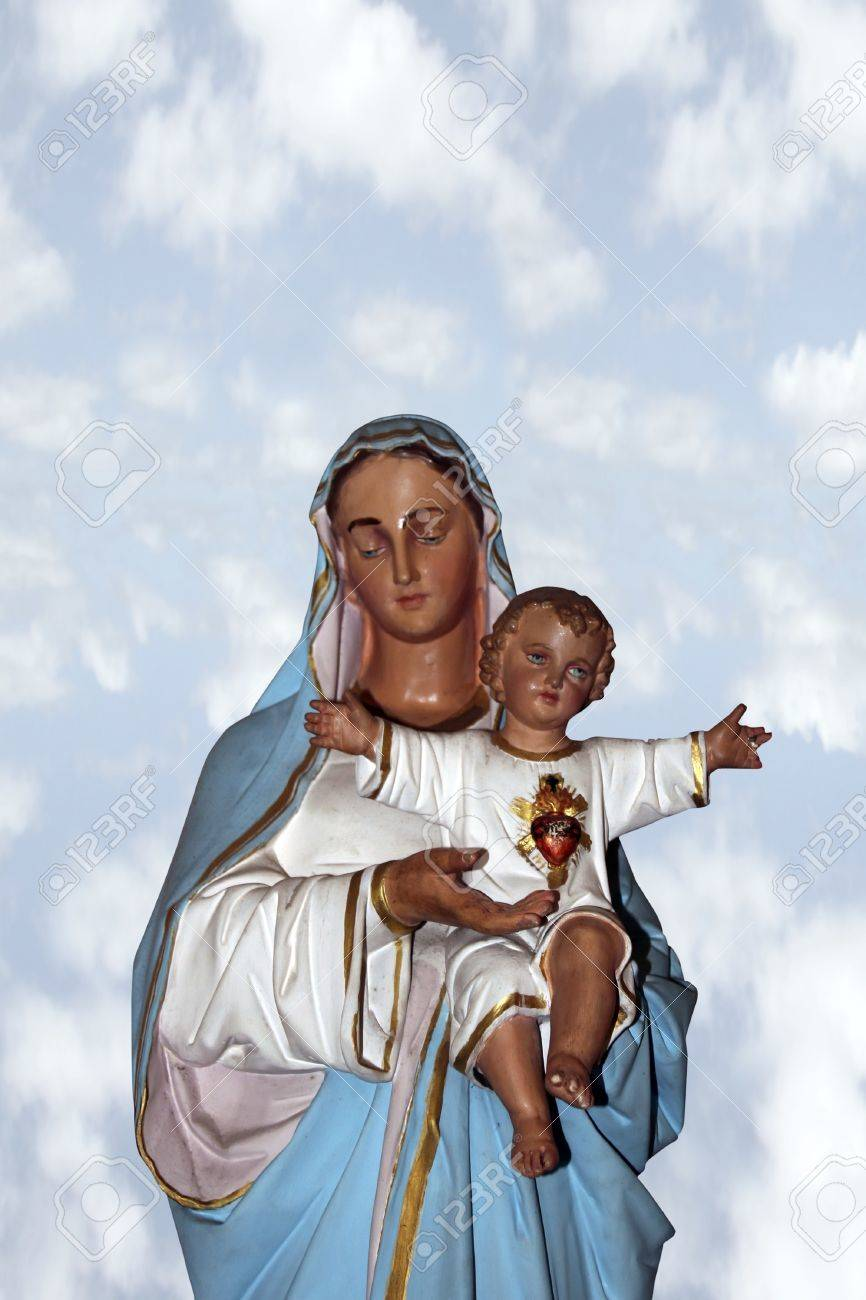 statue of the virgin mary holding jesus christ as a baby with a clipping path Stock Photo - 12391496