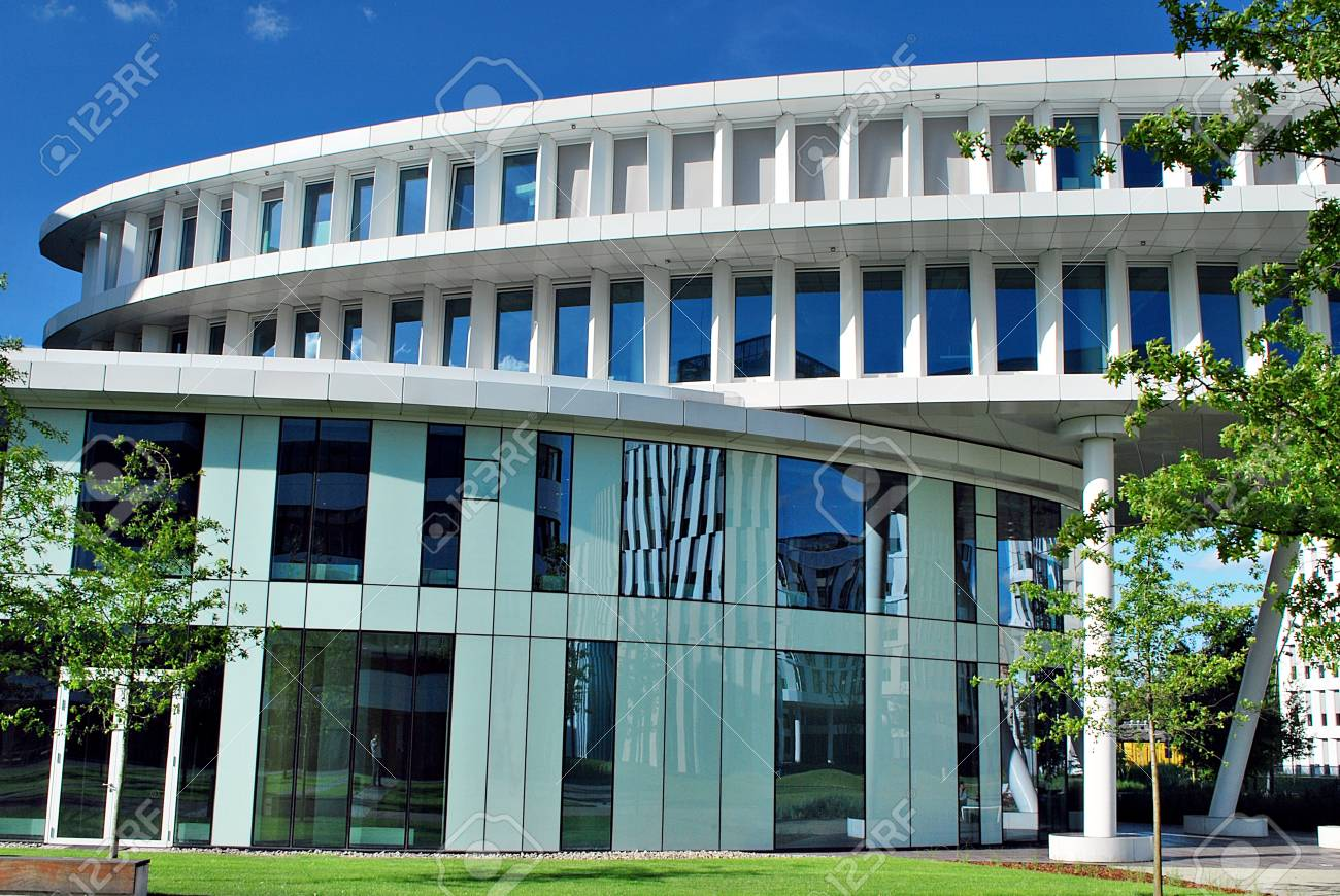 Bâtiment moderne. bâtiment de bureaux moderne avec façade de verre