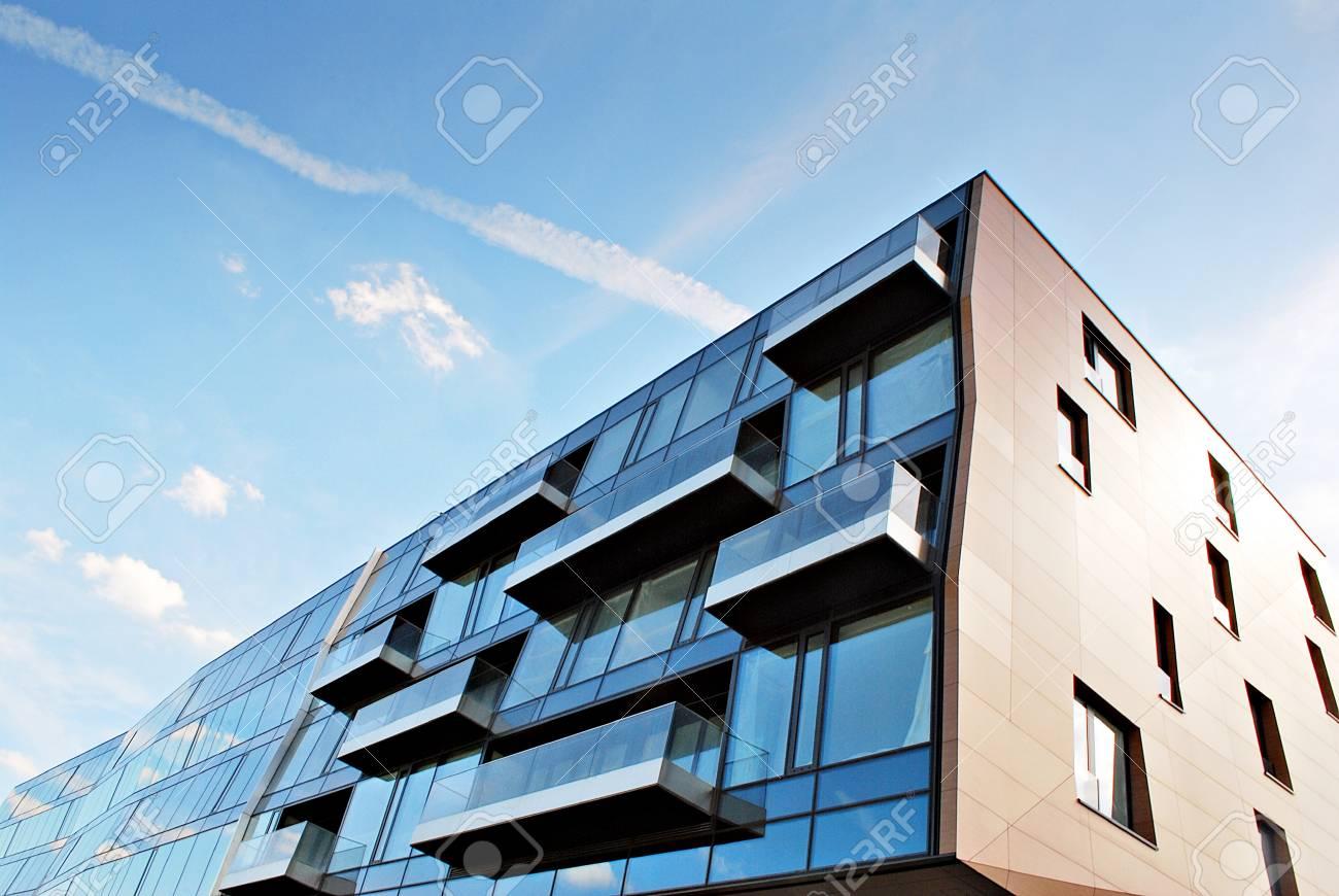 Bâtiment moderne. bâtiment de bureaux moderne avec façade en verre