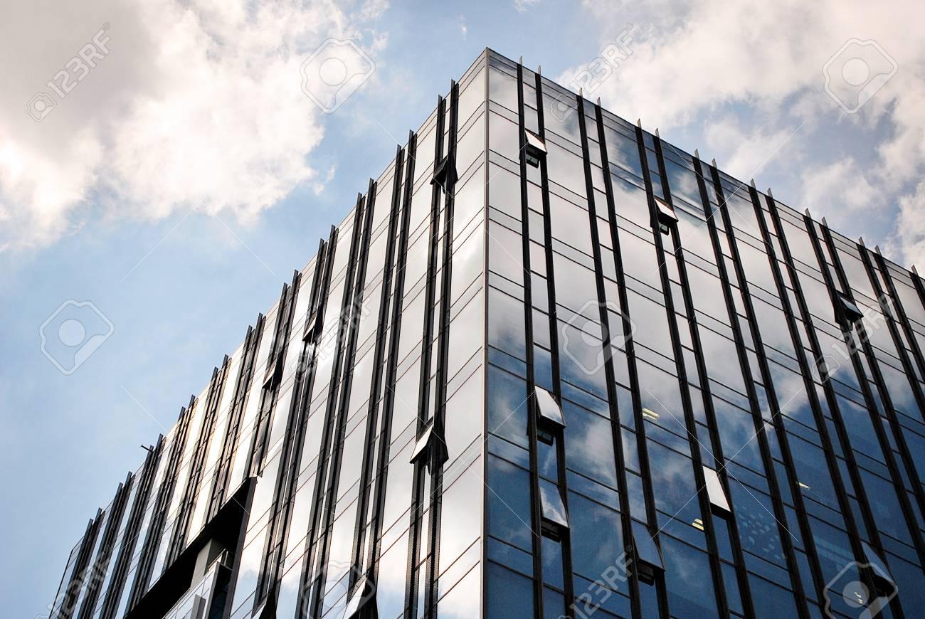 Toit en verre de l immeuble de bureaux modernes banque d images