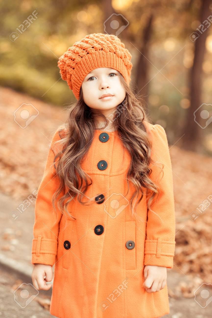 magasin britannique 100% de qualité supérieure obtenir pas cher Mignon jeune fille 4-5 ans posant à l'extérieur. Le port élégant manteau et  un chapeau d'hiver. En regardant la caméra. Enfance.