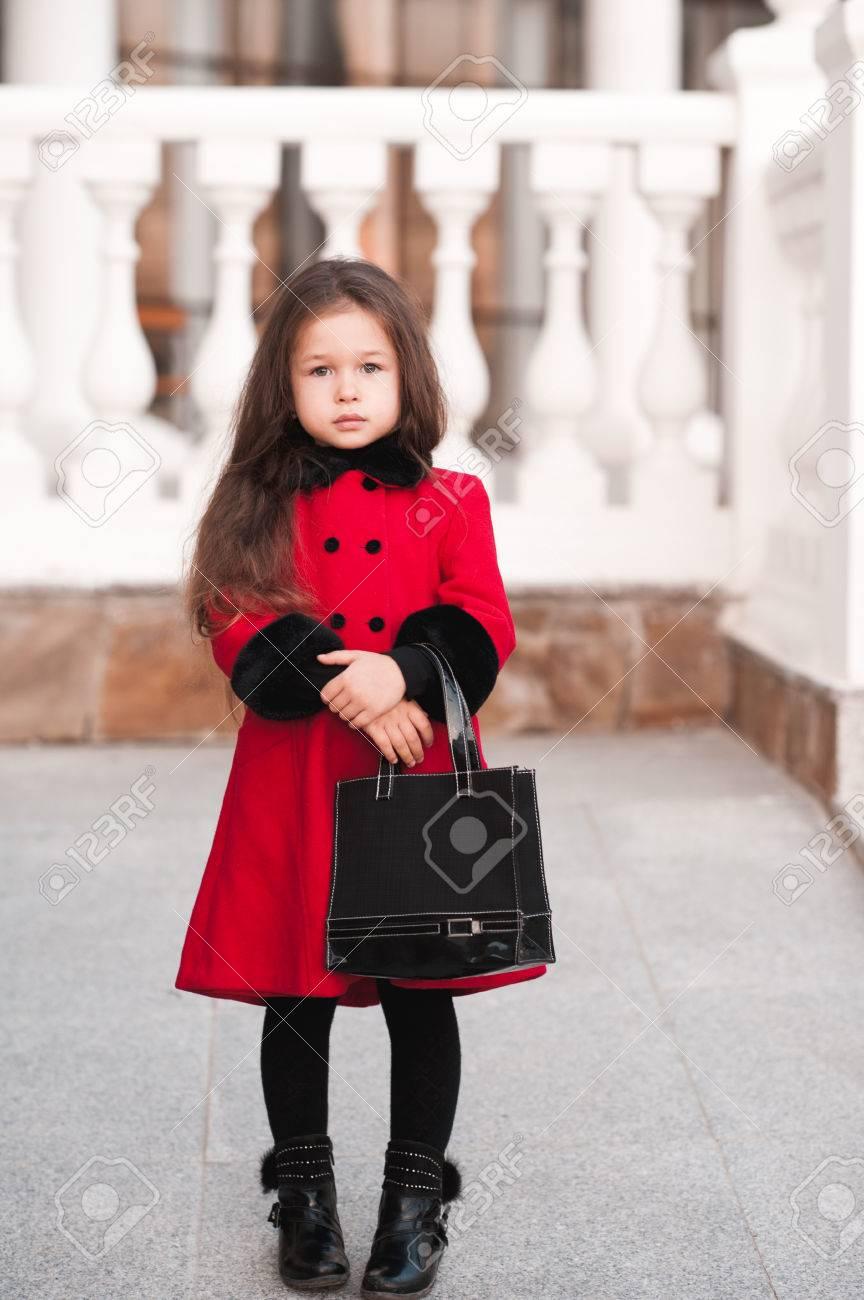 emballage fort prix favorable prix le plus bas Fille Kid vieux 4-5 ans portant un manteau d'hiver à l'extérieur. En  regardant la caméra. Enfance. enfants à la mode.