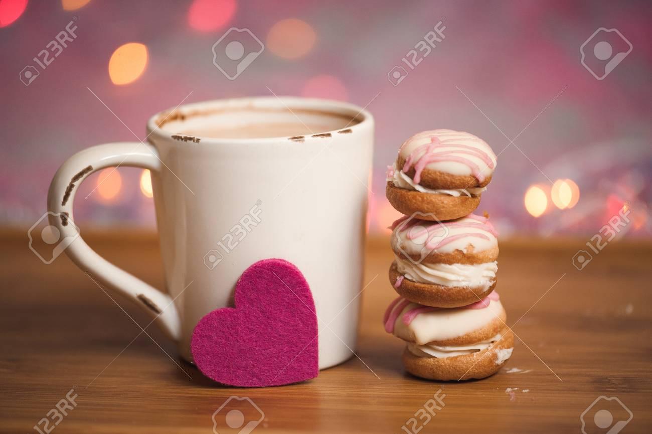 Tasse Kaffee Mit Kuchen Und Filz Herz Aufenthalt Auf Holztisch Uber
