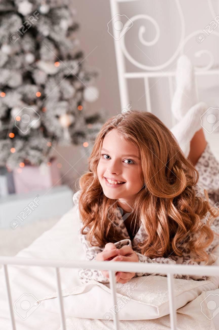 Smiling Blonde Teenager-Mädchen 14-16 Jahre Alt Im Bett Liegend über ...