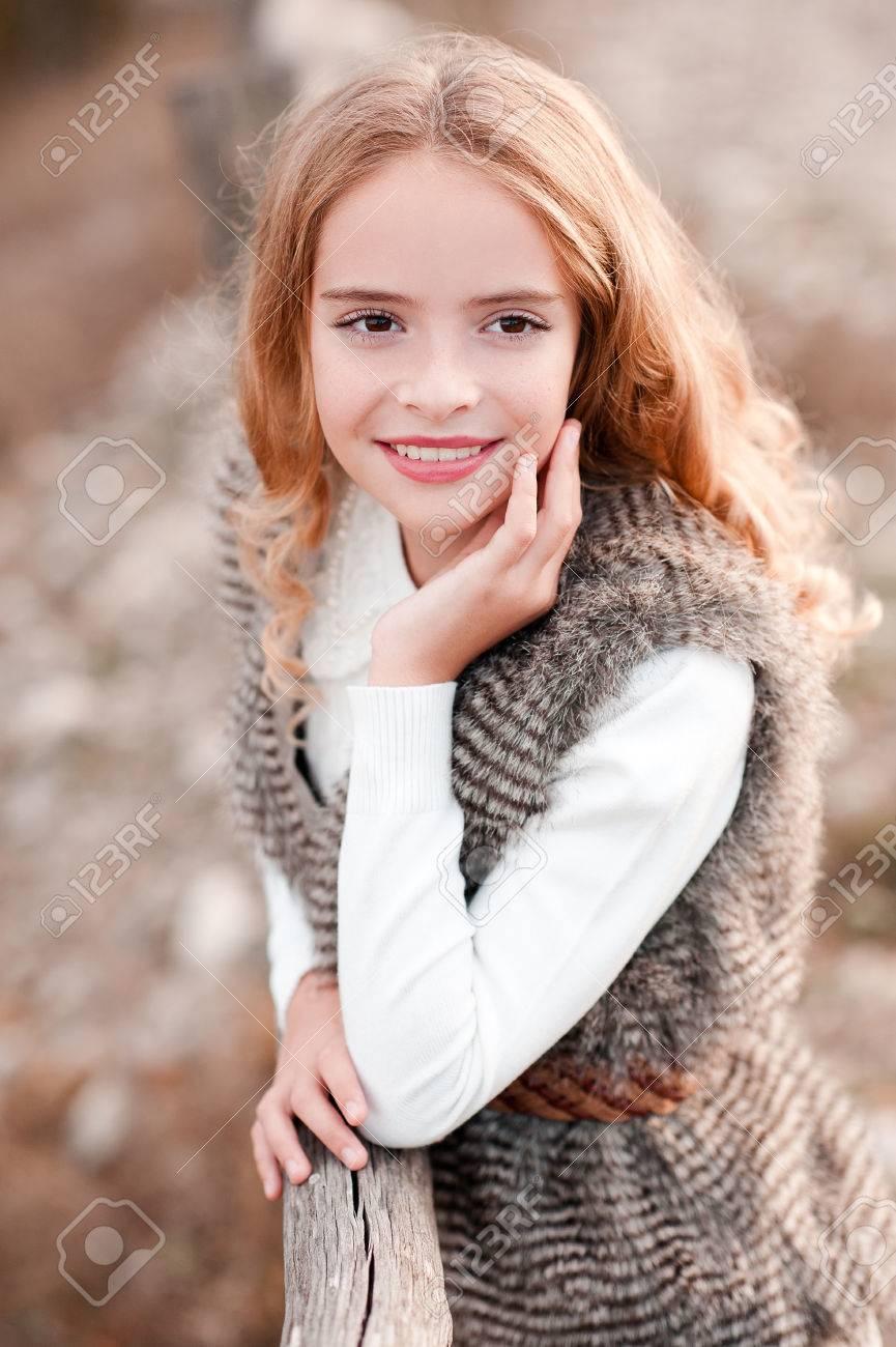 Smiling Blonde Kind Mädchen 13 14 Jahre Alt Mit Pelzweste Und Weißen