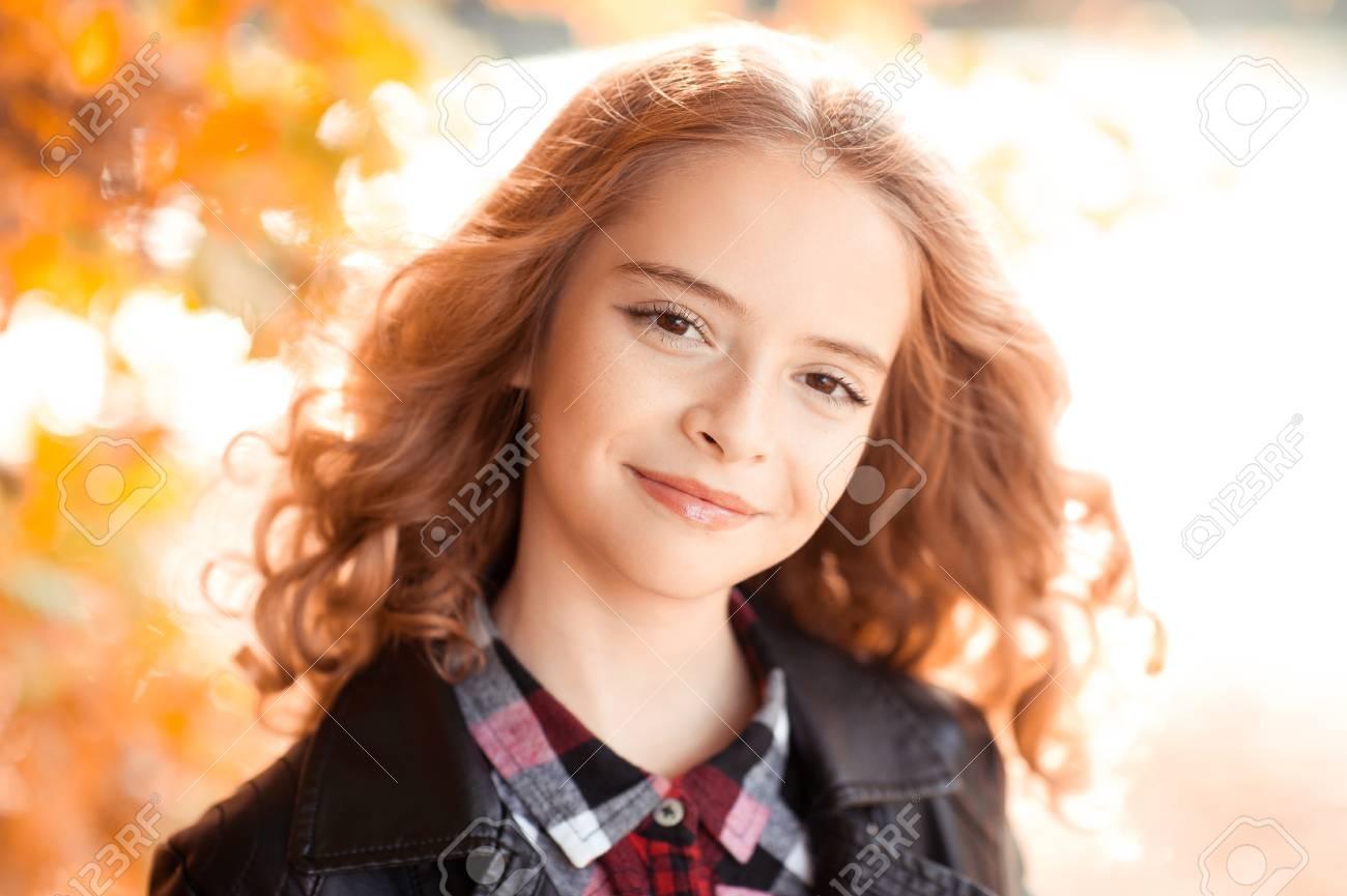 Smiling Blonde Teenager Mädchen Mit Dem Lockigen Haar 12 14 Jahre