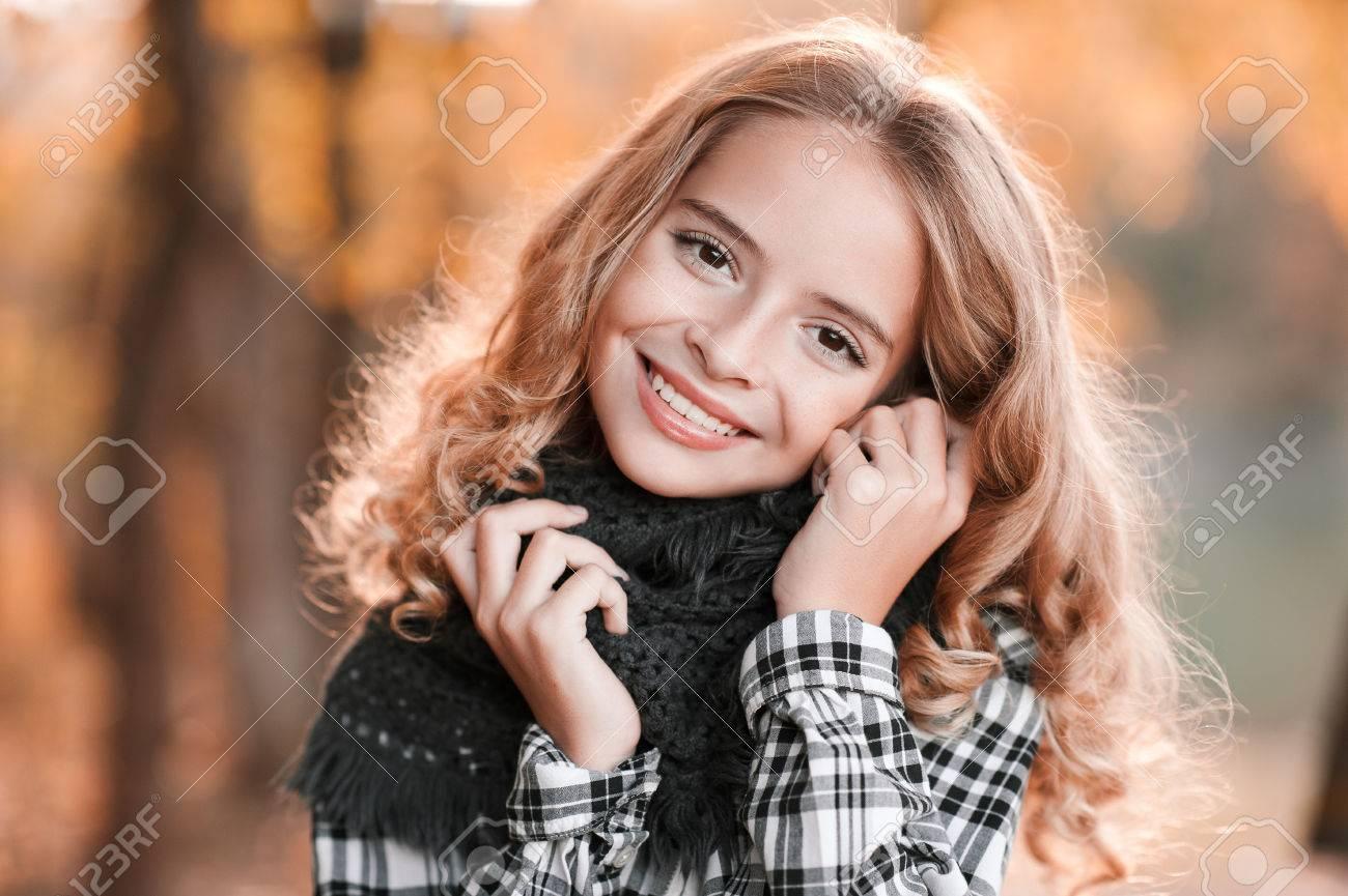 Herbst Porträt Der Lächelnden Blonde Teen Mädchen 13 14 Jahre Alten