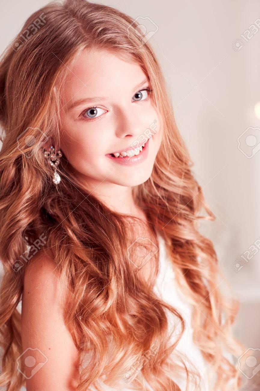 Smiling Teen Mädchen 14-15 Jahre Alt Mit Blonde Lockiges Haar Blick ...