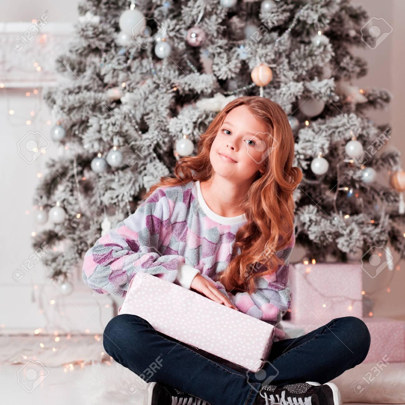 Happy Teenager-Mädchen 12-14 Jahre Alt Holding Weihnachtsgeschenk Im ...