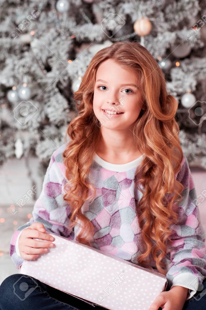 Smiling Kind Mädchen 10-12 Jahre Alt Mit Weihnachtsgeschenk über ...
