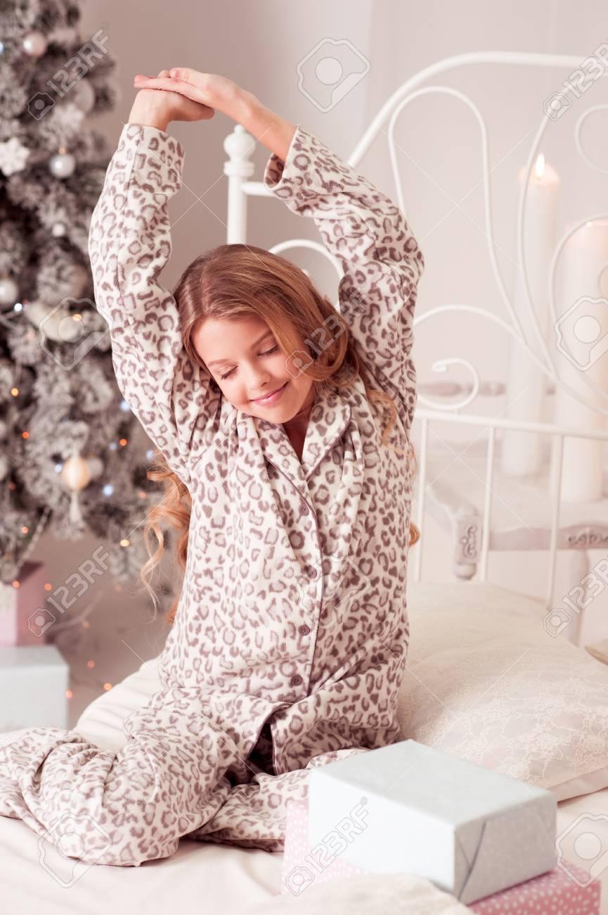 Kid Mädchen 10-12 Jahre Alt Aufwachen Am Weihnachtsmorgen Im Bett ...