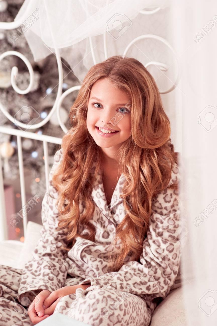 Smiling Teenager-Mädchen 10-12 Jahre Alt Pyjamas Tragen Im Raum über ...