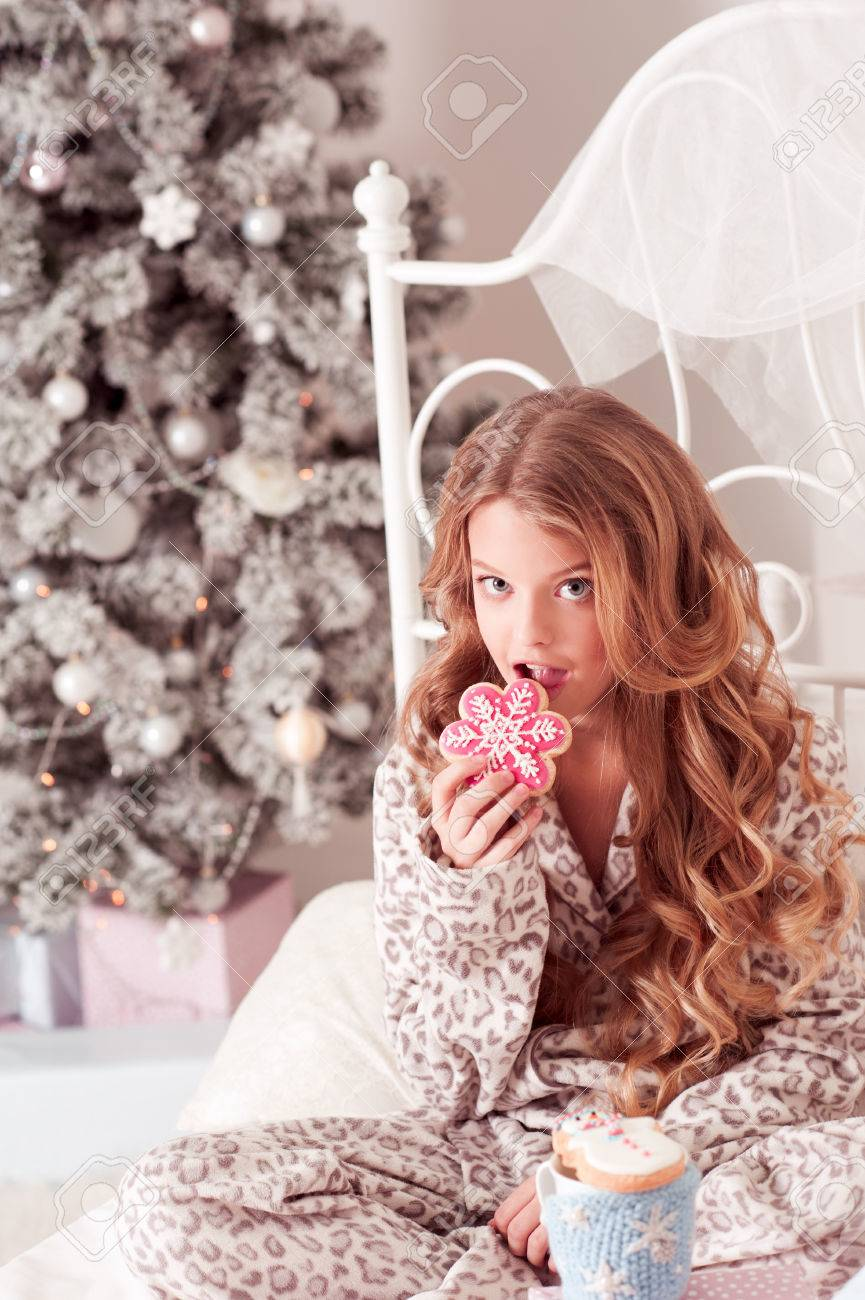 Schöne Blonde Teenager-Mädchen 8-10 Jahre Alt Beißende Lebkuchen ...