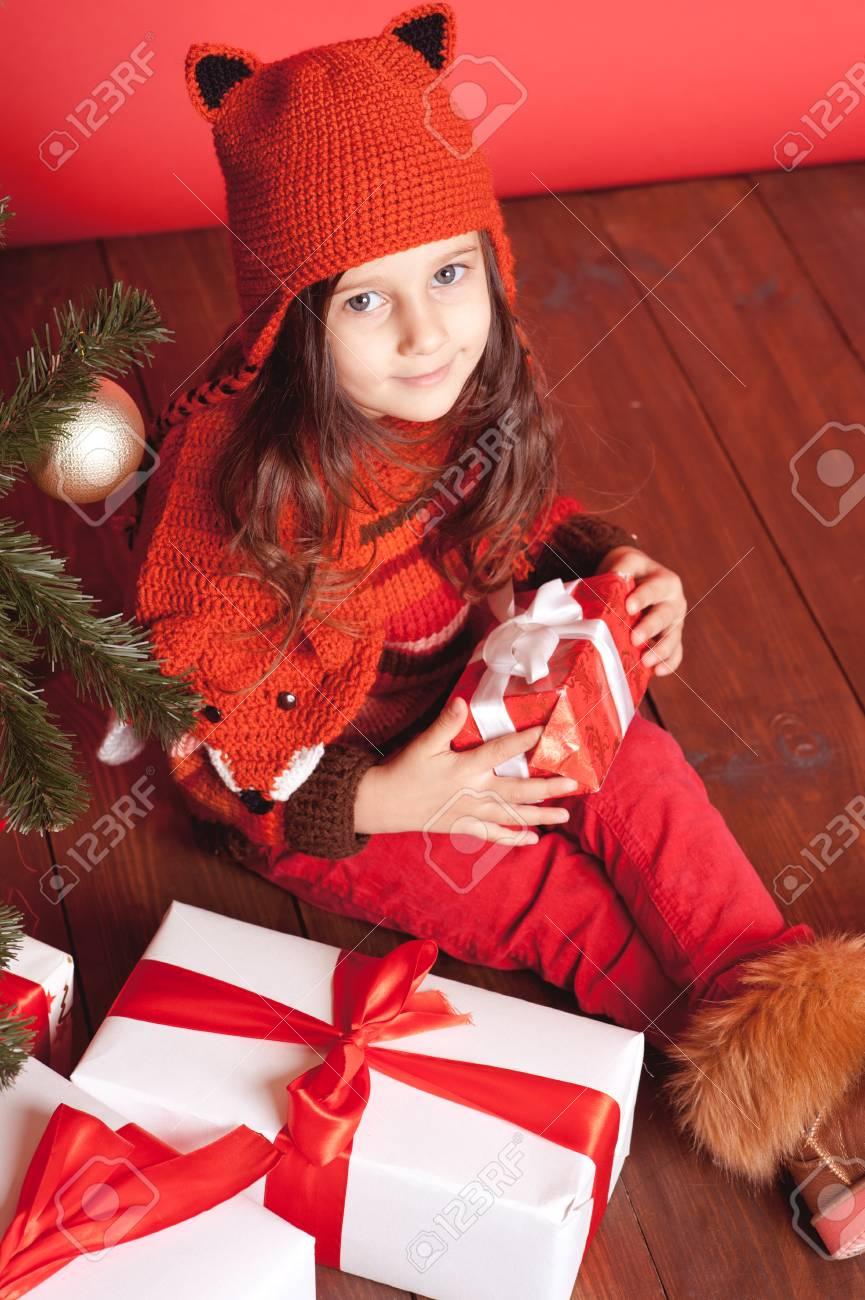 Nettes Kleines Mädchen 4-5 Jahr Alt Sitzen Auf Holzboden Mit ...