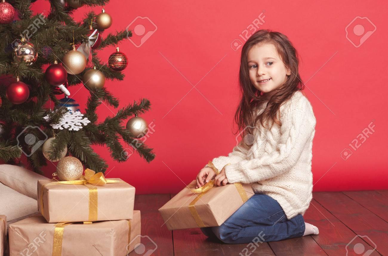 Nettes Baby 4-5 Jahre Alt Eröffnung Weihnachtsgeschenke Unter ...