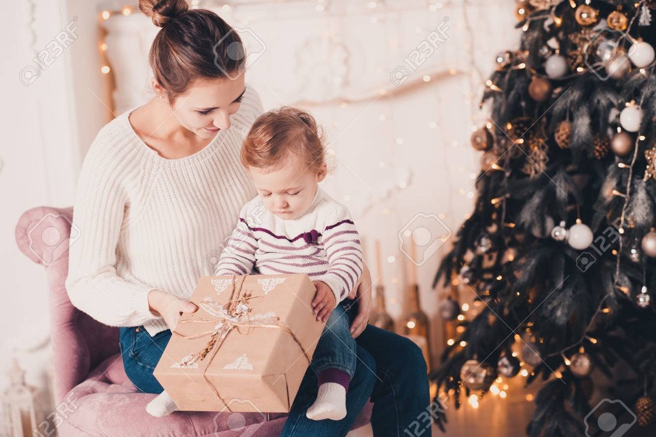 Lächelnde Junge Mutter Geöffnet Weihnachtsgeschenke Mit Baby 1 Jahr ...