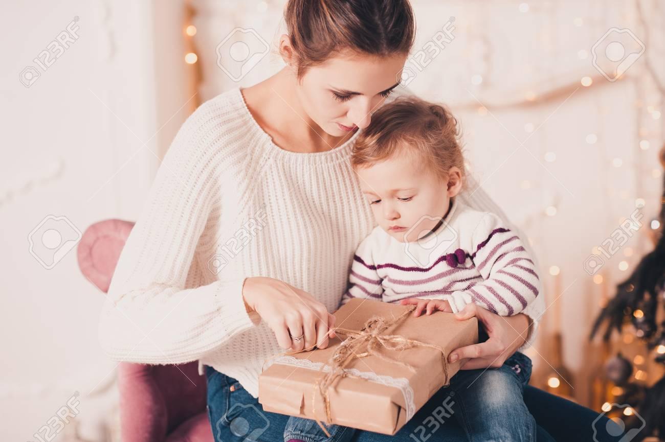 Schöne Mutter Geöffnet Weihnachtsgeschenke Mit Baby 1 Jahr Alt Im ...