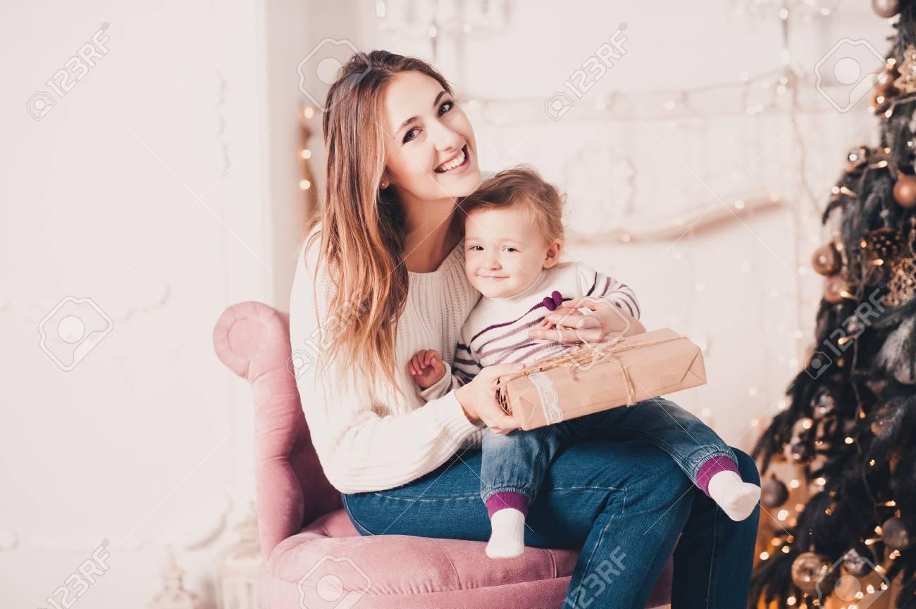 Lächelnde Junge Mutter Ihr Baby Unter 1 Jahr Alt Geöffnet ...
