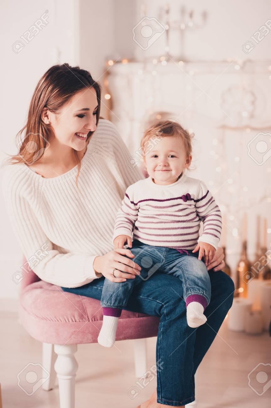 Mère Souriante Assise Avec Bébé Fille 1 An En Chaise Vintage Rose ...