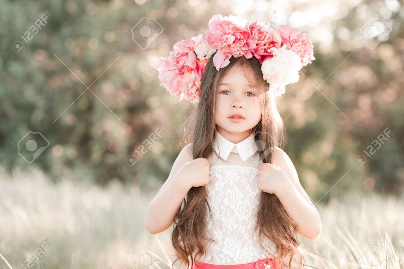 Schone Kind Madchen 4 5 Jahre Alt Posiert Mit Pfingstrose Frisur Im