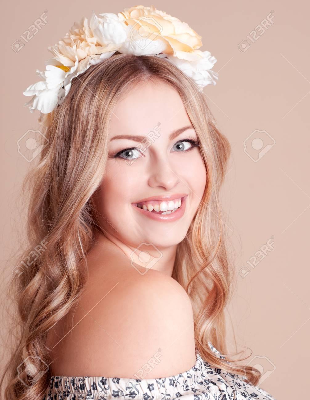 Bela Garota Sorridente Vestindo Um Cabelo Com Flores Sobre Bege ...