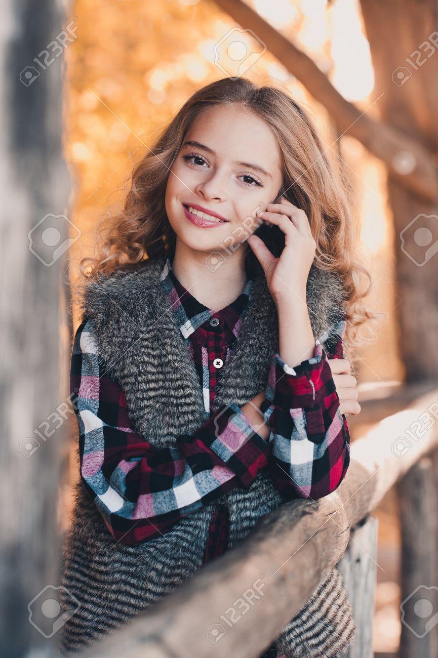 Smiling Teen Blonde Mädchen 12 14 Jahre Alt Tragen Draußen