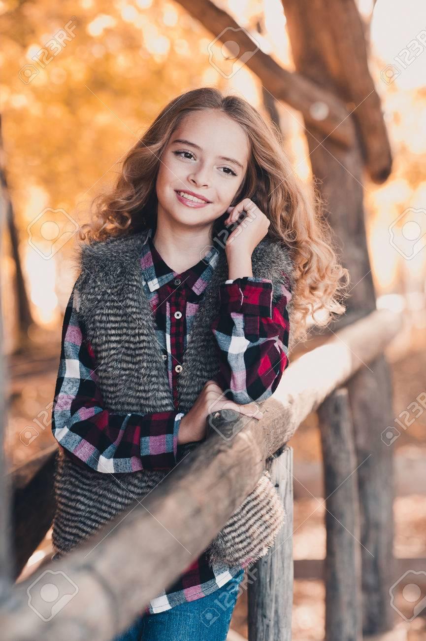 Schöne Teenager Mädchen 12 14 Jahre Alt Posiert Im Freien Das
