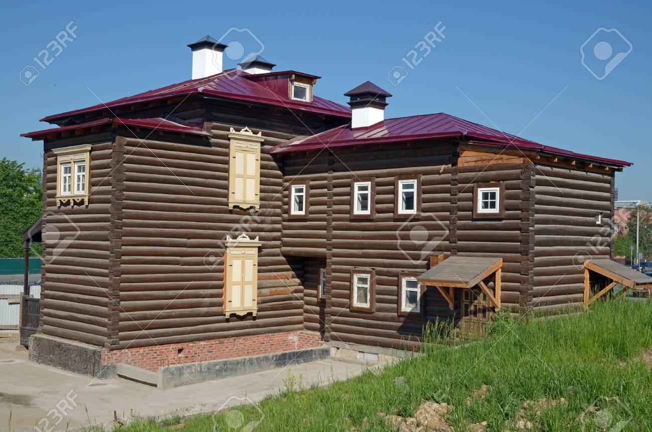 Casa De Madera De Dos Pisos En El Barrio Historico Irkutsk Fotos