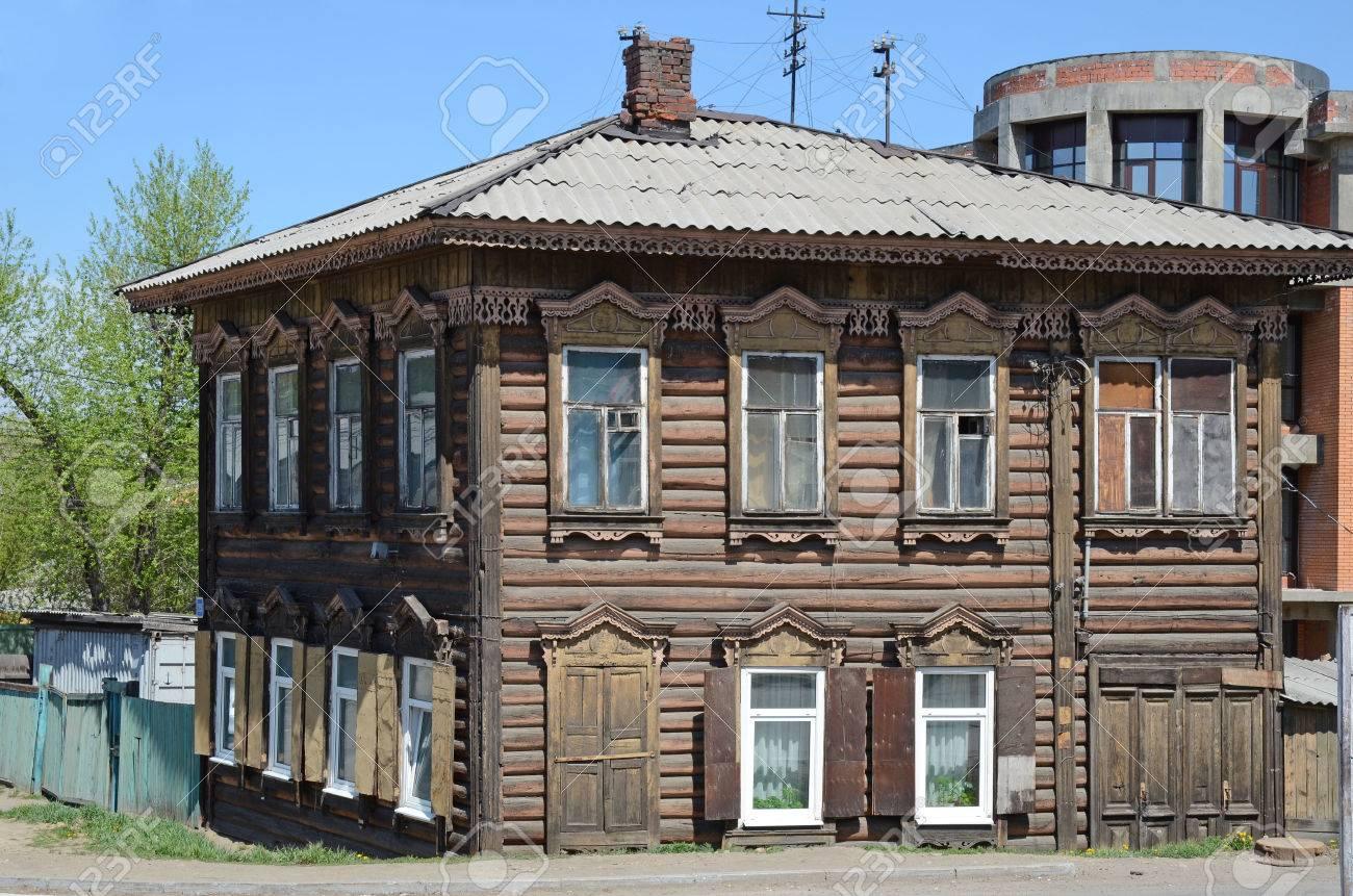 Decorazioni In Legno Per La Casa : Immagini stock una casa di legno a due piani con decorazioni