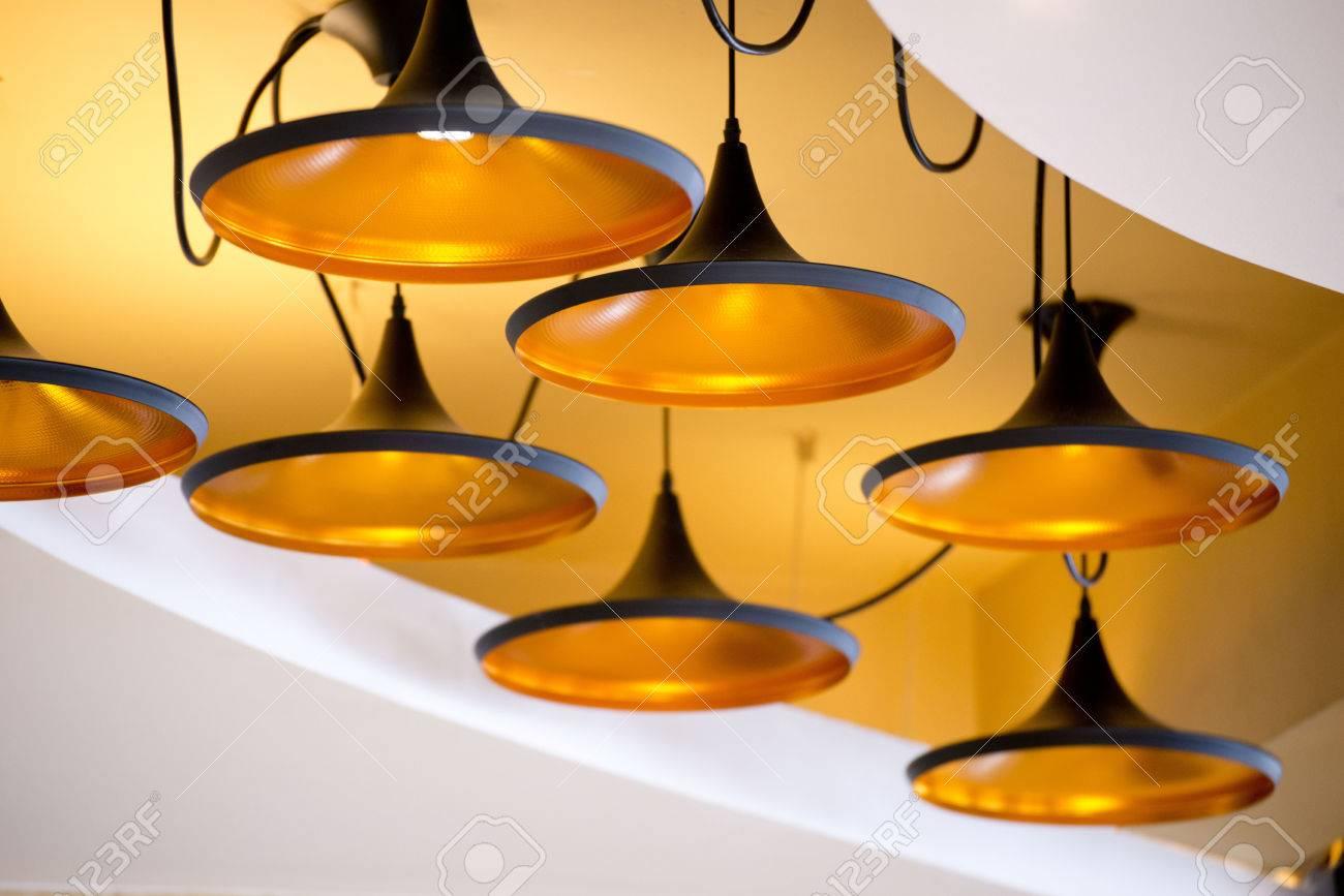 Neue schöne moderne lampe an der decke lizenzfreie fotos bilder