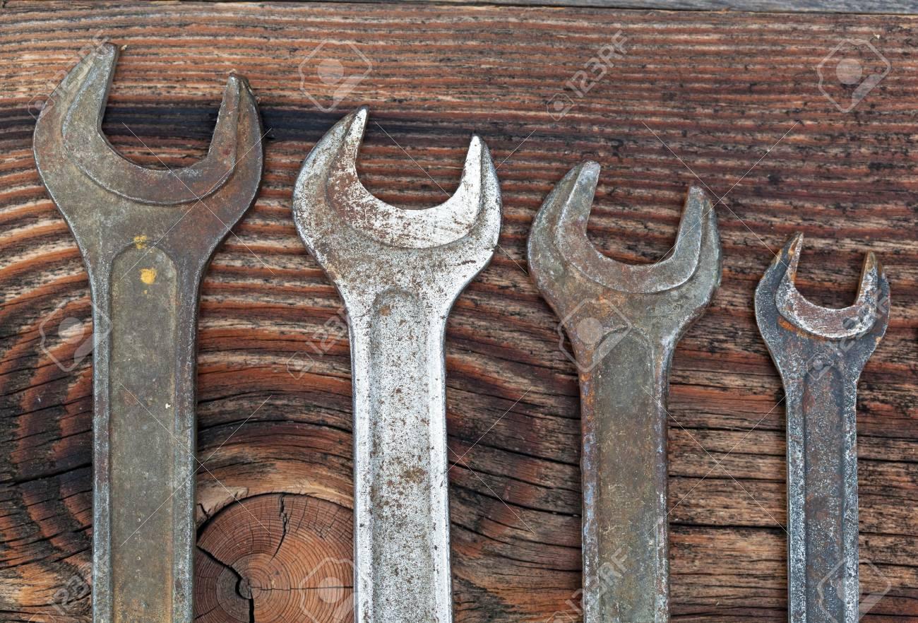 old schraubenschlüssel gegen alte holzbohlen lizenzfreie fotos