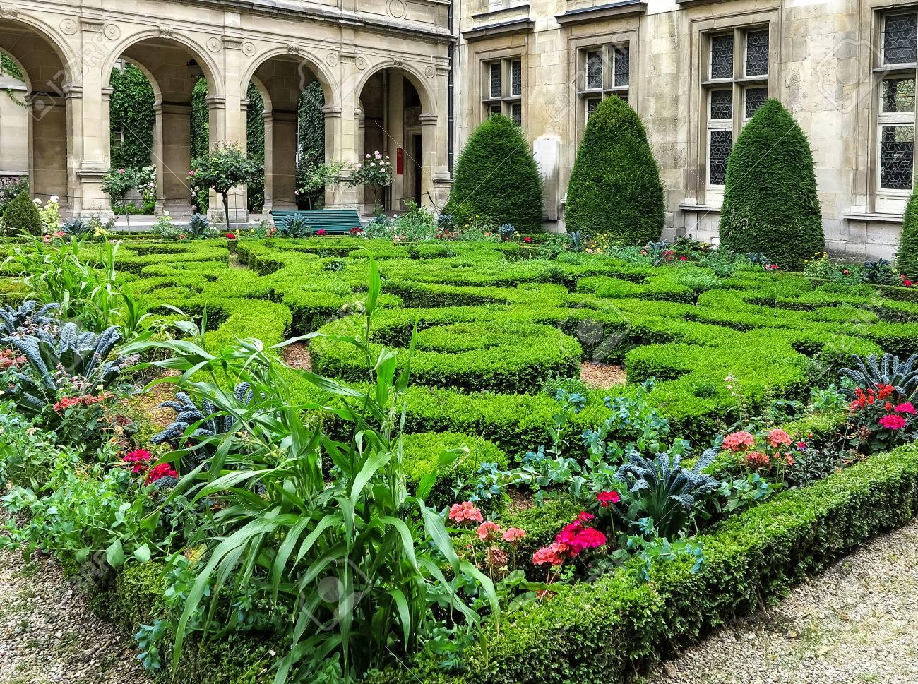 Le Mus E Paris Carnavalet Patio Avec De Beaux Jardins Fleuris Le