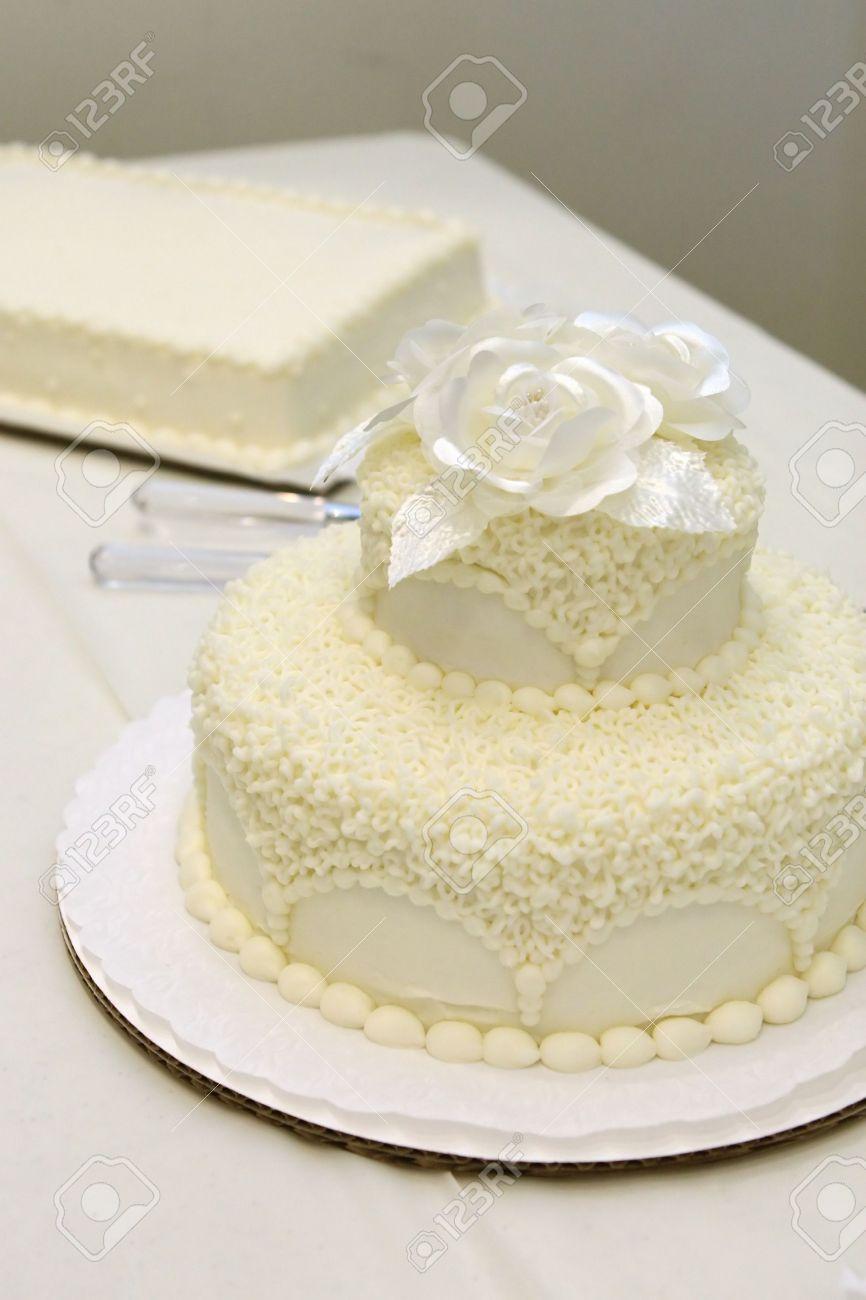 pastel de boda sencilla en la recepcin foto de archivo