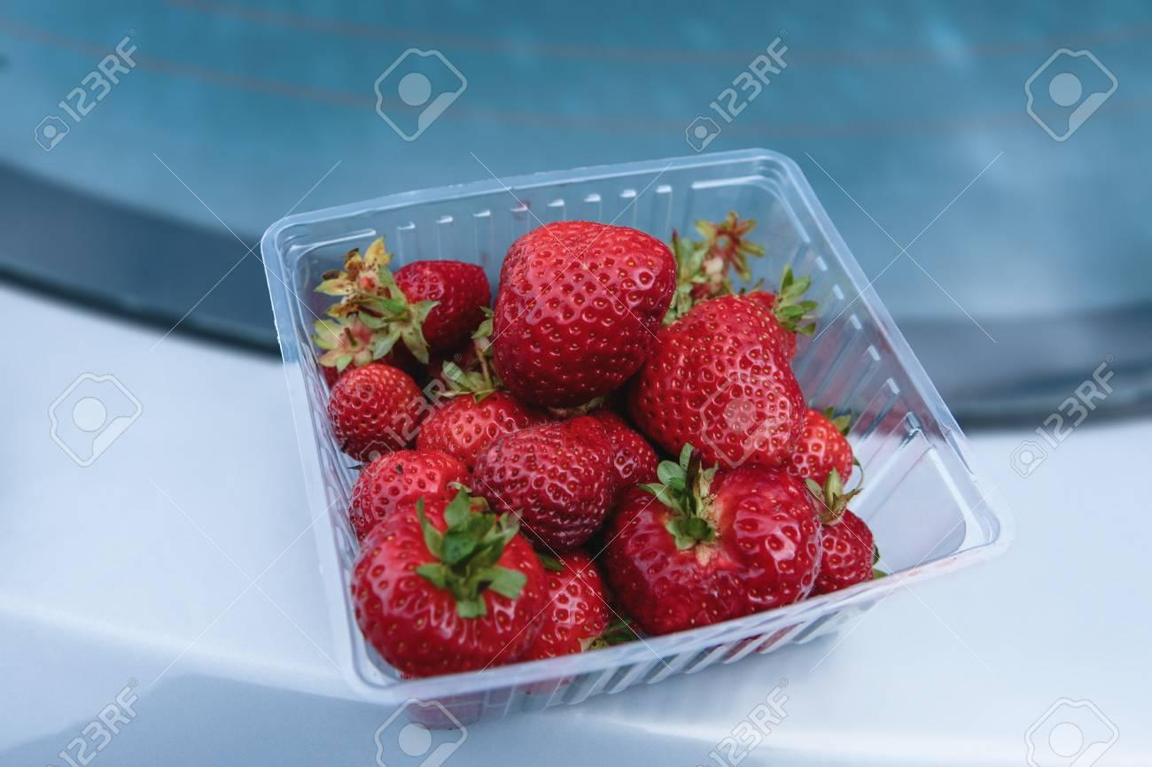 Frische Grosse Erdbeeren In Einer Plastikbox Lizenzfreie Fotos