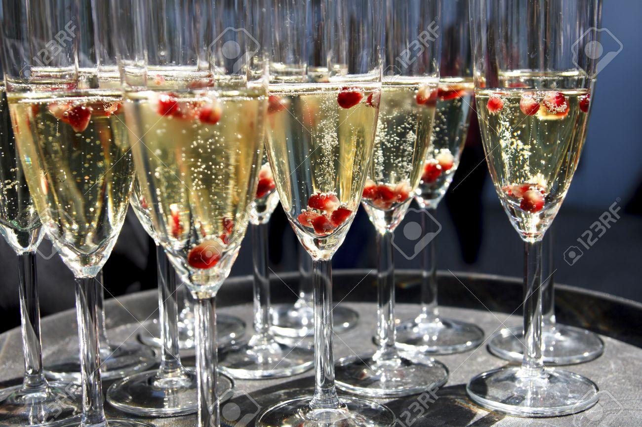 Il était une fois Cévennes, 41556199-Fl-tes-de-champagne-sur-le-plateau-de-graines-de-grenade--Banque-d'images
