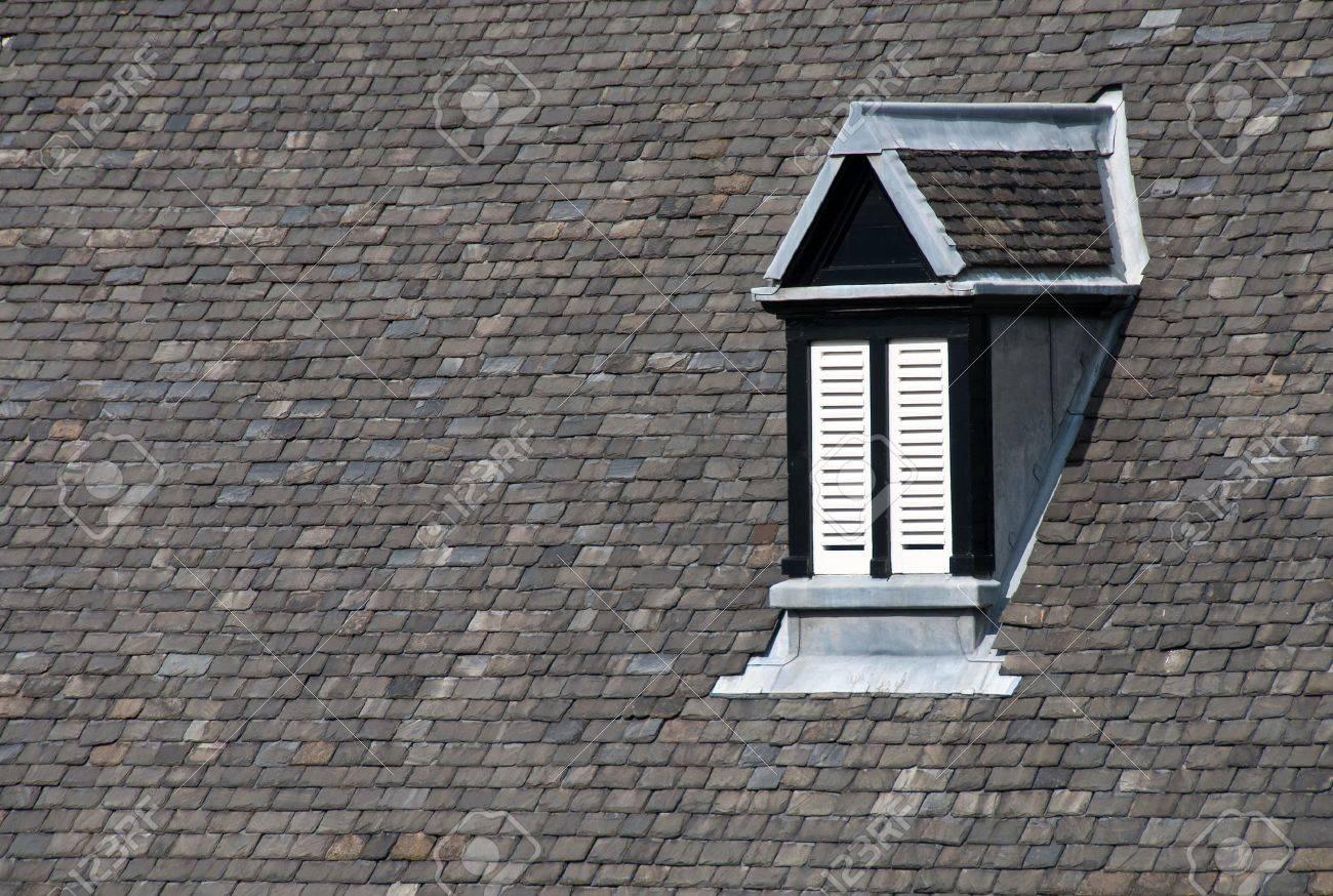 Toit D Une Maison #15: Toit Du0027une Maison Avec Lucarne Banque Du0027images - 7819092